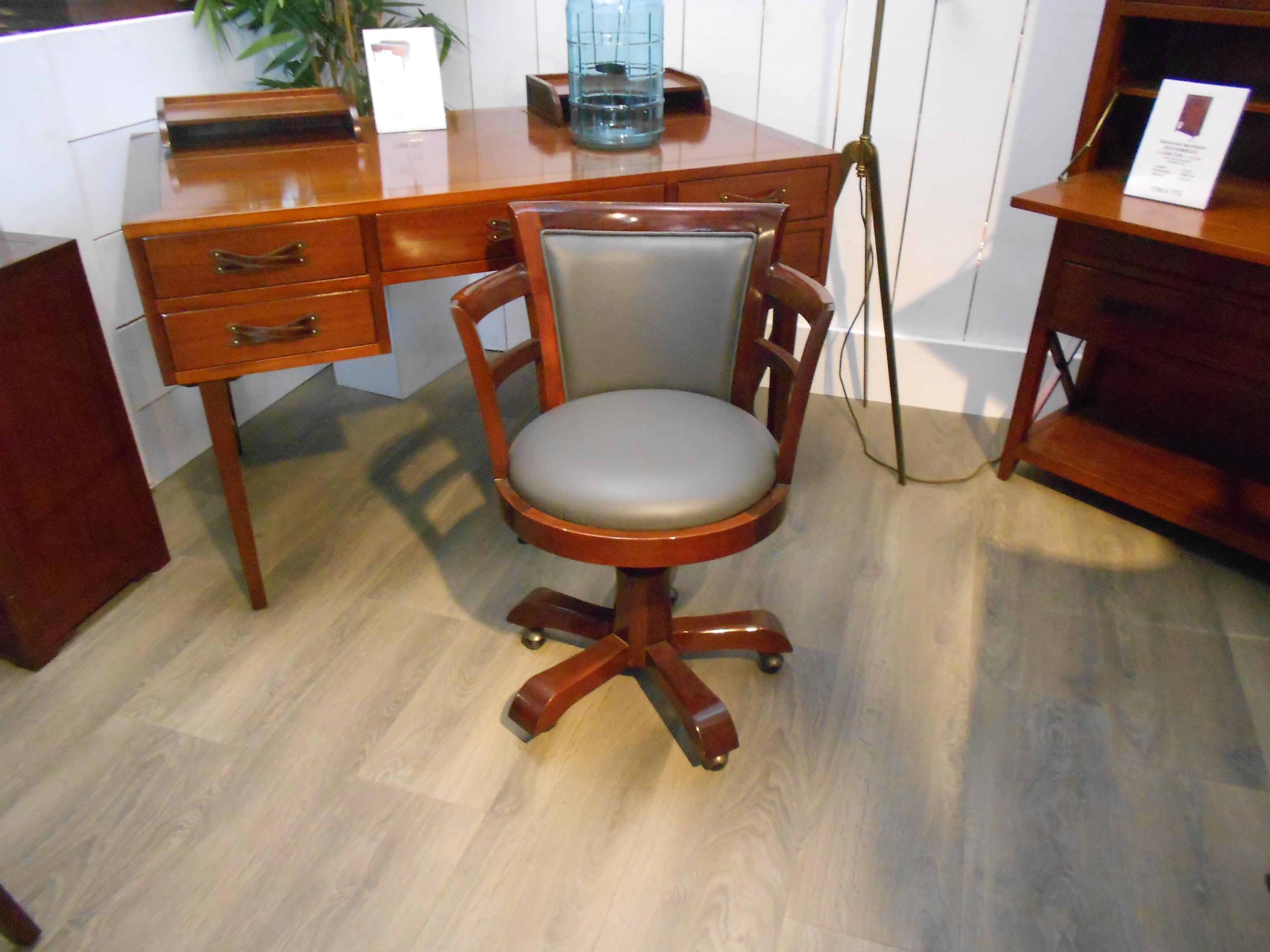 Fauteuil de bureau en bois sur roulettes assise cuir for Bureau qui monte