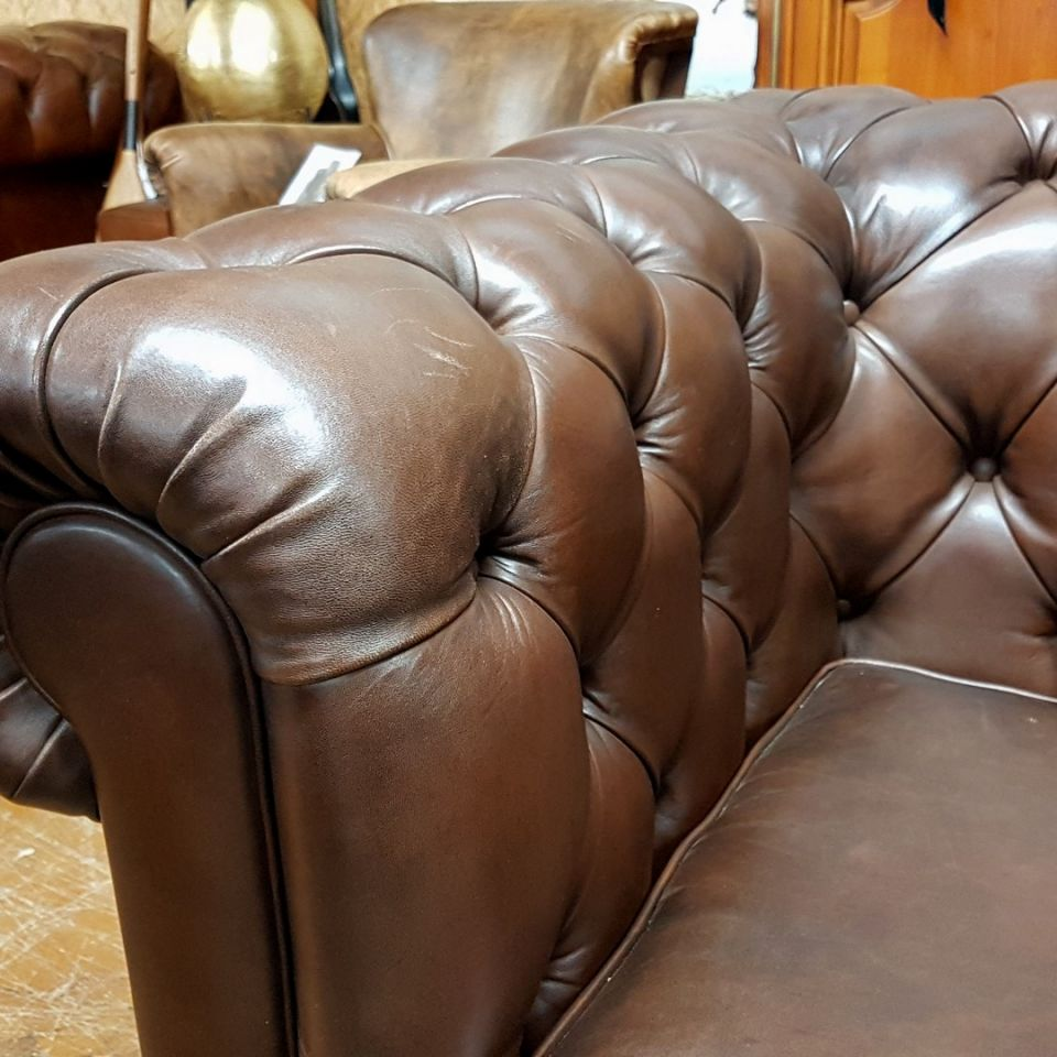 Canapé Chesterfield NEWTON Marron E1 - 3 coussins - 225 cm