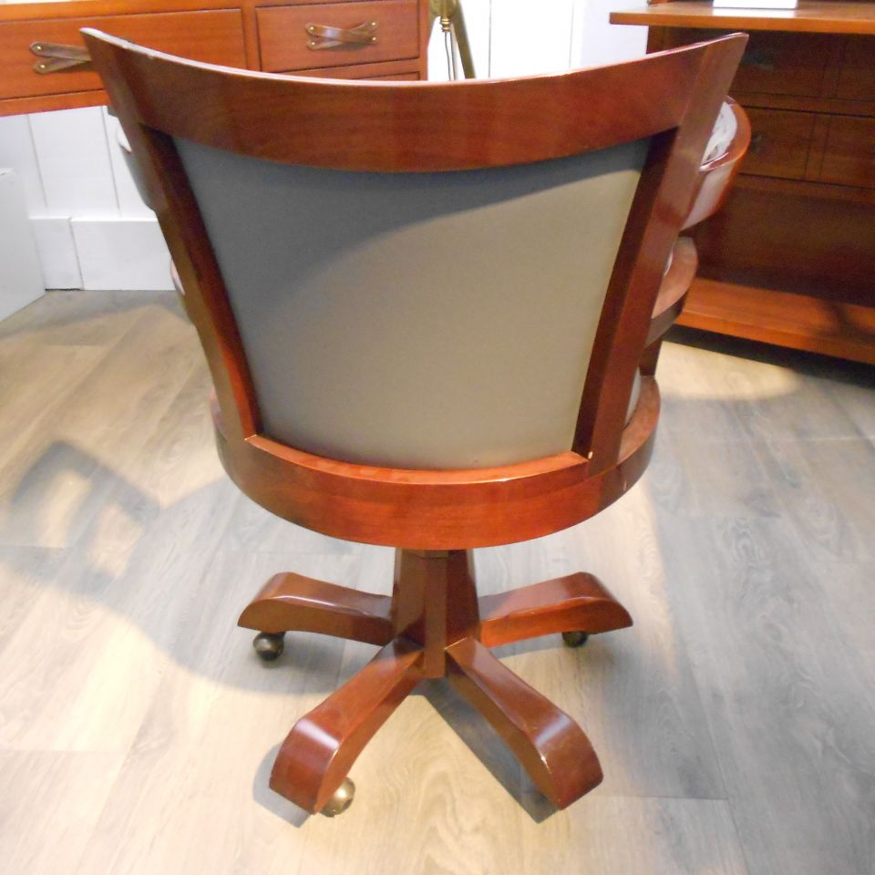Fauteuil de bureau en bois sur roulettes assise cuir for Fauteuil de bureau cuir et bois